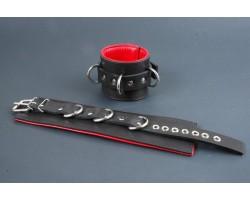 Поддвернутые чёрные наручники с застежкой-ремешком и красной изнанкой
