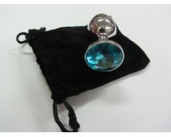 Серебристая анальная пробка среднего размера с голубым кристаллом - 8 см.